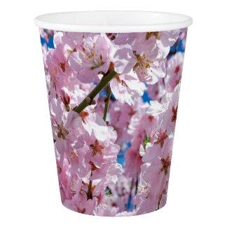 photographie rose élégante d'arbre de fleurs de gobelets en papier
