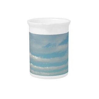Pichet nuages d'ondulation de ciel bleu
