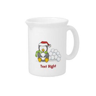 Pichet Pingouin de Noël se reposant avec des boules de