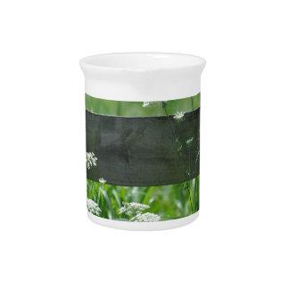 Pichet vert de nature de blanc-fleurs