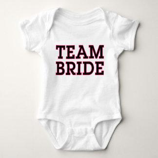 Pièce en t de bébé de jeune mariée d'équipe body
