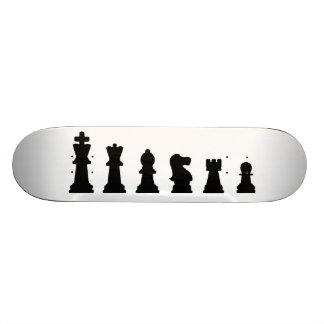 Pièces d'échecs noires sur le blanc plateaux de skate