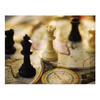 Pièces d'échecs sur la carte de Vieux Monde