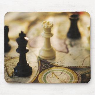Pièces d'échecs sur la carte de Vieux Monde Tapis De Souris
