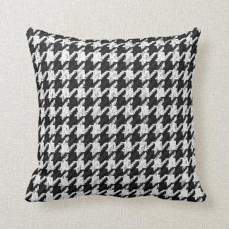 pied-de-poule noir et blanc avec la couleur oreillers