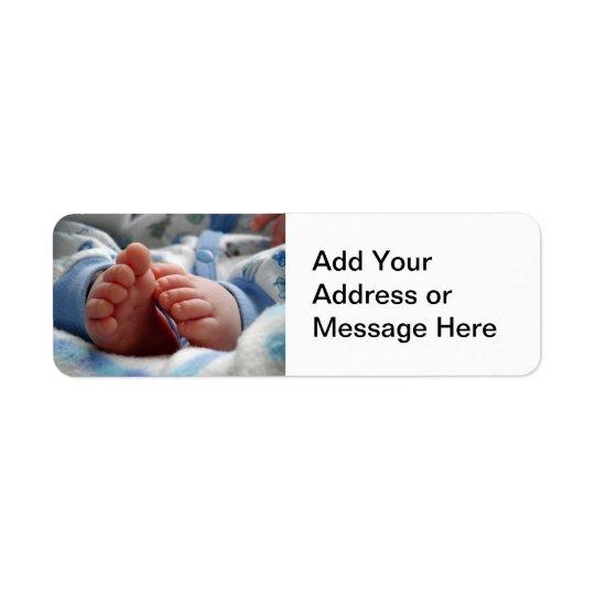 Pieds minuscules de bébé étiquettes d'adresse retour