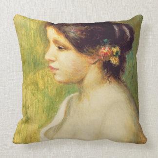 Pierre une jeune femme de Renoir   avec des fleurs Oreiller