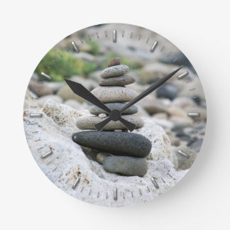 Pierres zen dans la plage d'Almeria Horloge Ronde
