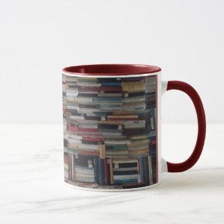 Piles de domination de livres coincés ensemble mug