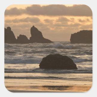 Piles de mer sur la plage chez Bandon, Orégon Sticker Carré