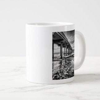 Pilier de B&W à l'aube, la Californie Mug