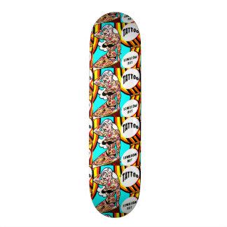 pin-up blond avec la planche à roulettes de skateboard 19,7 cm