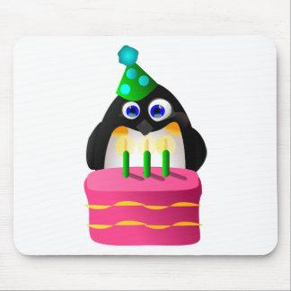 Pingouin d anniversaire avec le gâteau tapis de souris