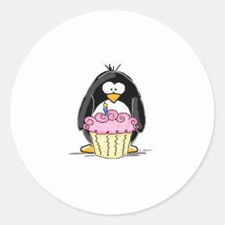 Pingouin d anniversaire avec le petit gâteau autocollants