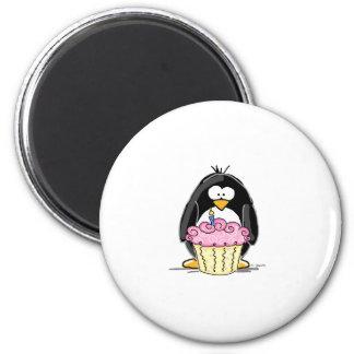 Pingouin d anniversaire avec le petit gâteau aimants