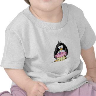 Pingouin d anniversaire avec le petit gâteau t-shirt