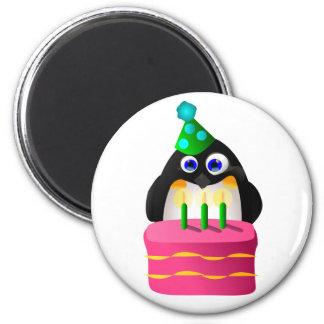 Pingouin d'anniversaire avec le gâteau magnet rond 8 cm