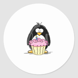 Pingouin d'anniversaire avec le petit gâteau autocollants ronds