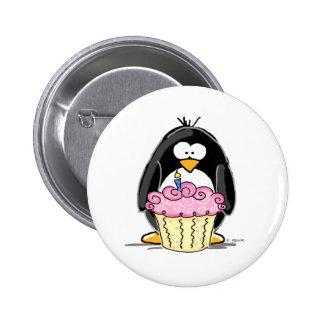 Pingouin d'anniversaire avec le petit gâteau badge