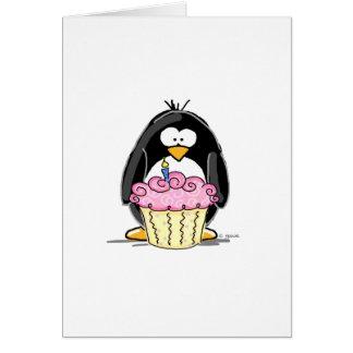 Pingouin d'anniversaire avec le petit gâteau cartes de vœux