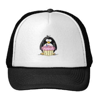 Pingouin d'anniversaire avec le petit gâteau casquette de camionneur