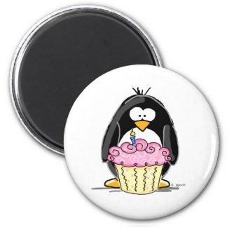 Pingouin d'anniversaire avec le petit gâteau magnet rond 8 cm