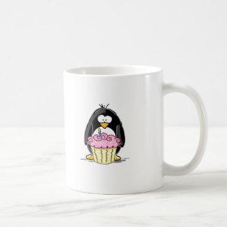 Pingouin d'anniversaire avec le petit gâteau mug blanc