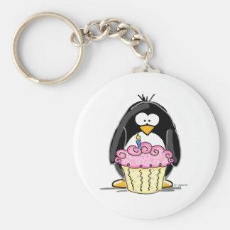 Pingouin d'anniversaire avec le petit gâteau porte-clé rond