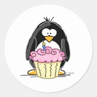 Pingouin d'anniversaire avec le petit gâteau sticker rond