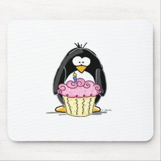 Pingouin d'anniversaire avec le petit gâteau tapis de souris