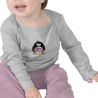 Pingouin d'anniversaire avec le petit gâteau t-shirts