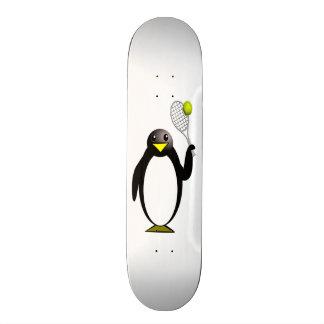 Pingouin de bande dessinée jouant au tennis skateboard old school  21,6 cm