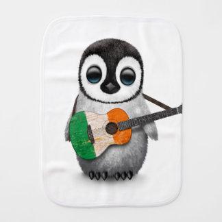 Pingouin de bébé jouant la guitare irlandaise de linges de bébé