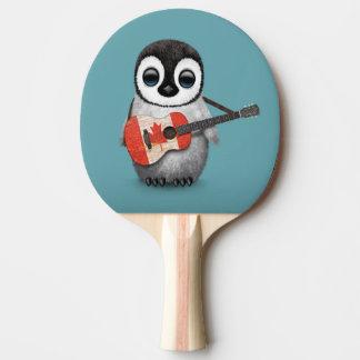 Pingouin de bébé jouant le bleu canadien de raquette de ping pong