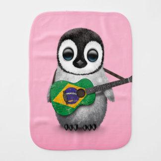 Pingouin de bébé jouant le rose brésilien de linge de bébé