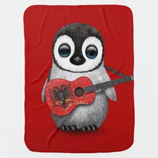 Pingouin de bébé jouant le rouge albanais de couvertures de bébé
