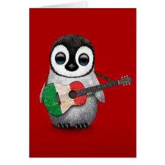 Pingouin de bébé jouant le rouge italien de cartes de vœux