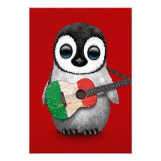 Pingouin de bébé jouant le rouge italien de bristols