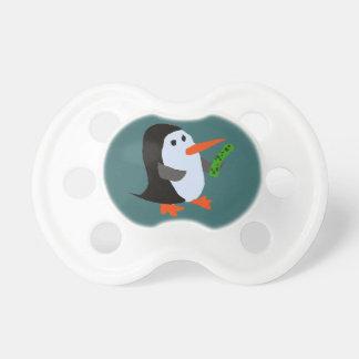 Pingouin drôle avec une tétine de bébé de conserve
