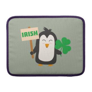 Pingouin irlandais avec le shamrock Zjib4 Poches Macbook Air