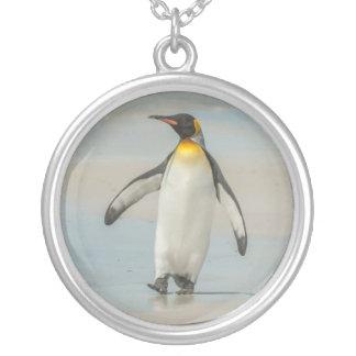 Pingouin marchant sur la plage pendentif rond