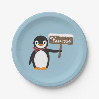 Pingouin mignon avec l'écharpe et le signe en bois assiettes en papier