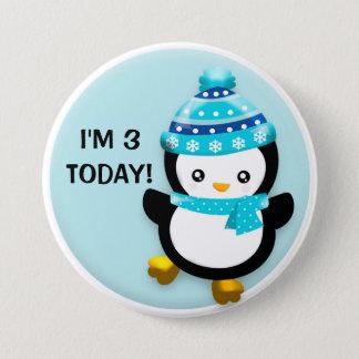 Pingouin mignon dans le bouton bleu d'anniversaire pin's