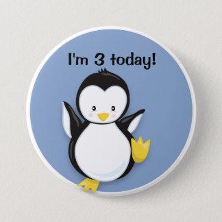 Pingouin mignon de danse sur le bouton bleu badges