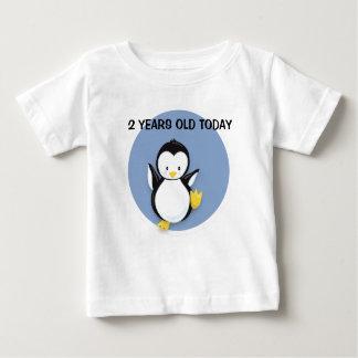 Pingouin mignon sur la chemise d'anniversaire t-shirt pour bébé