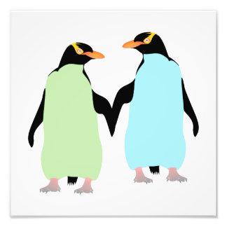 Pingouins de gay pride tenant des mains photo