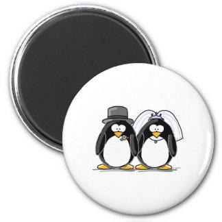 Pingouins de jeunes mariés magnet rond 8 cm