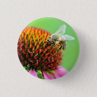 Pin's Abeille sur l'insigne pourpre de fleur