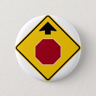 Pin's Arrêtez en avant le signe de route