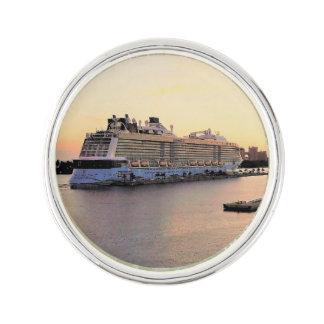 Pin's Aube de port de Nassau avec le bateau de croisière